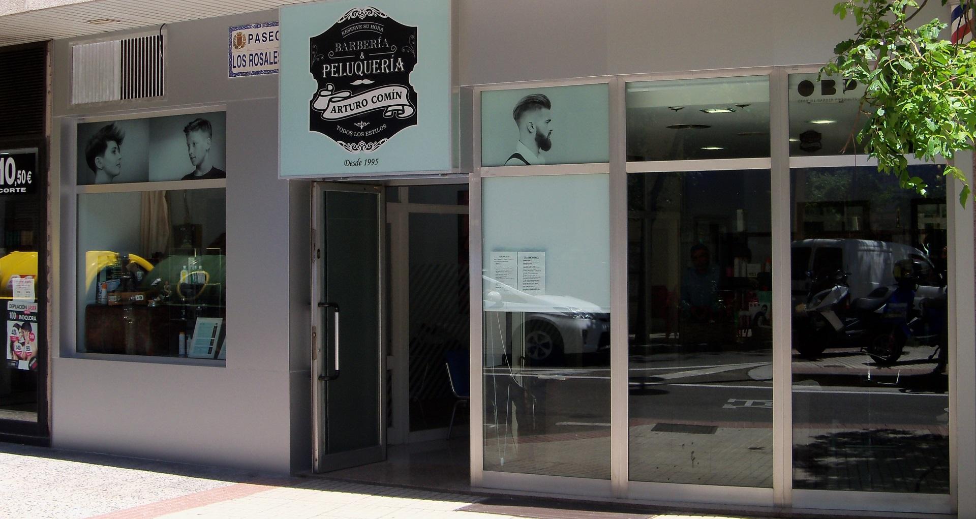 Fachada de la peluquería en Zaragoza Arturo Comín, en el barrio de San José