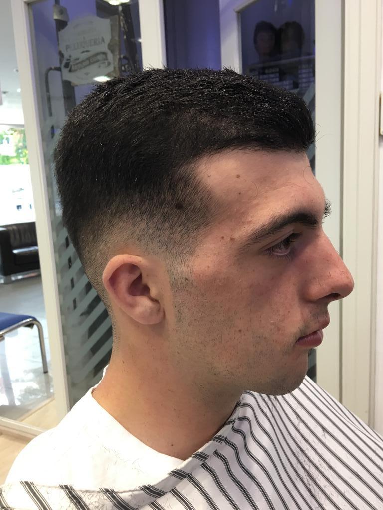 Corte de pelo moderno de hombre en la peluquería en Zaragoza Arturo Comín