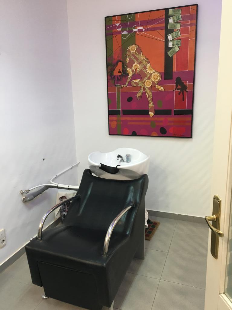Sala de lavado de cabello de la peluquería en Zaragoza Arturo Comín