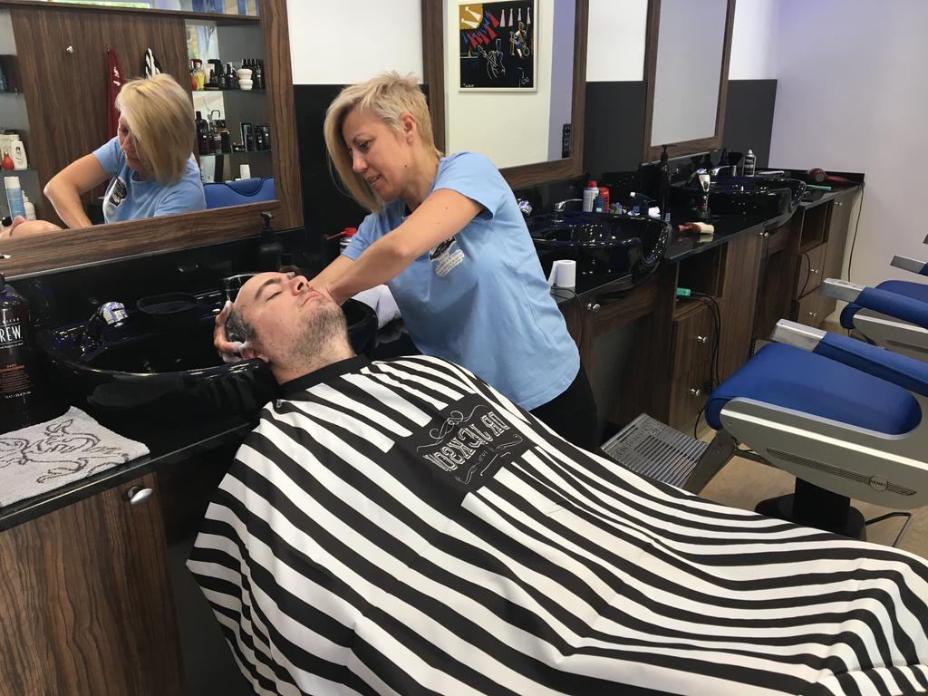 Lavado de pelo de hombre en la peluquería en Zaragoza Arturo Comín